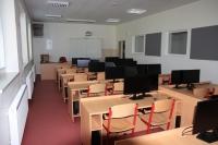 v počítačové učebně jsou počítače